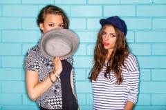Gente joven feliz que se divierte delante de la pared de ladrillo azul Fotos de archivo