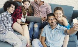 Gente joven feliz que toma la foto Fotos de archivo