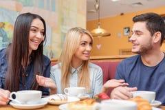 Gente joven hermosa en el café Fotos de archivo libres de regalías