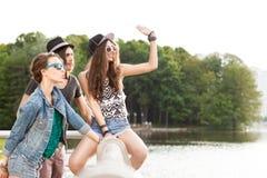 Gente joven hermosa que se divierte en parque de la ciudad Foto de archivo libre de regalías