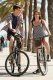 Gente joven juguetona con las bicis Fotografía de archivo