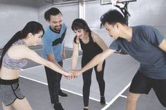 Gente joven lista para jugar a baloncesto Foto de archivo