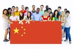 Gente joven Multi-étnica con la bandera de China fotografía de archivo libre de regalías