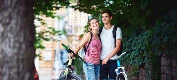 Gente joven, pares con las bicicletas en el parque Imagenes de archivo