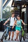 Gente joven, pares con las bicicletas en la calle Foto de archivo