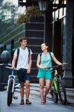 Gente joven, pares con las bicicletas en la calle Fotografía de archivo libre de regalías