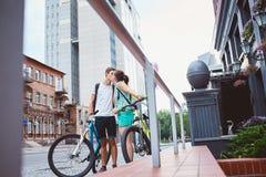 Gente joven, pares con las bicicletas en la calle Foto de archivo libre de regalías