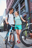 Gente joven, pares con las bicicletas en la calle Fotos de archivo libres de regalías