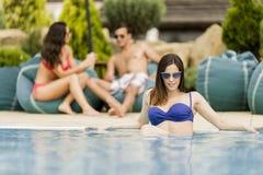 Gente joven por la piscina Imágenes de archivo libres de regalías