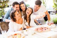 Gente joven por la tabla Foto de archivo libre de regalías