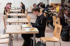 Gente joven que almuerza en el restaurante en Animefest Fotografía de archivo libre de regalías
