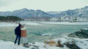 Gente joven que camina en las montañas del invierno almacen de metraje de vídeo