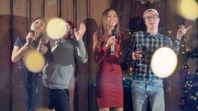 Gente joven que celebra Año Nuevo en atmósfera festiva almacen de video