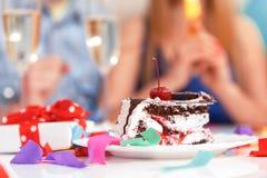 Gente joven que celebra un cumpleaños que se sienta en Imagen de archivo libre de regalías