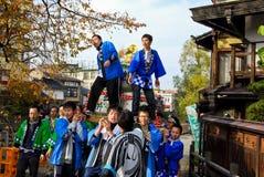 Gente joven que celebra un festival del motivo en la ciudad vieja de Hida Takayama, Japón fotos de archivo libres de regalías