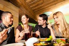 Gente joven que come en restaurante tailandés fotografía de archivo