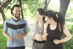 Gente joven que corre junto en el parque Fotografía de archivo
