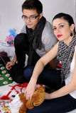 Gente joven que crea los regalos Imagenes de archivo