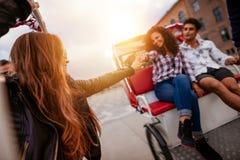 Gente joven que disfruta de paseo del triciclo Fotografía de archivo libre de regalías