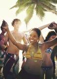 Gente joven que disfruta de un concepto del partido de la playa del verano Imagen de archivo libre de regalías