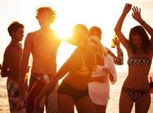 Gente joven que disfruta de un partido de la playa del verano Fotos de archivo libres de regalías