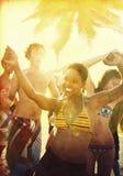 Gente joven que disfruta de un partido de la playa del verano Foto de archivo