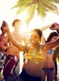 Gente joven que disfruta de un partido de la playa del verano Imágenes de archivo libres de regalías