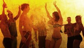 Gente joven que disfruta de un partido de la playa del verano Imagen de archivo libre de regalías