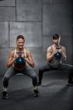 Gente joven que entrena en gimnasio Foto de archivo