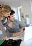 Gente joven que estudia en casa en el ordenador portátil Fotos de archivo