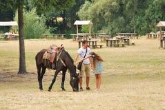 Gente joven que frota ligeramente el caballo Fotos de archivo