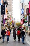 Gente joven que hace compras en la calle de las compras de Myeongdong Foto de archivo