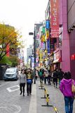 Gente joven que hace compras en la calle de las compras de Myeongdong Fotos de archivo
