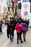 Gente joven que hace compras en la calle de las compras de Myeongdong Foto de archivo libre de regalías