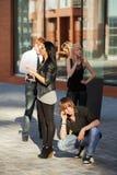 Gente joven que invita a los teléfonos celulares Imagen de archivo libre de regalías