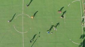 Gente joven que juega al fútbol (fútbol) que tiene tiro de la antena del resto metrajes