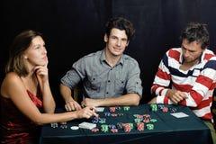 Gente joven que juega el torneo off-line del póker Fotos de archivo libres de regalías