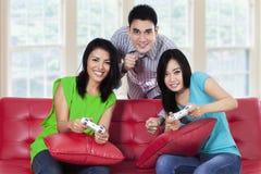 Gente joven que juega a juegos en casa Fotos de archivo libres de regalías