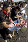 Gente joven que juega los tambores de acero Foto de archivo libre de regalías