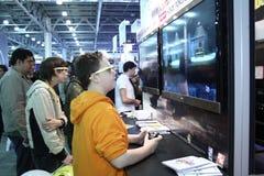 Gente joven que juega a los videojuegos Imagen de archivo libre de regalías