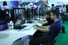 Gente joven que juega a los videojuegos Foto de archivo libre de regalías
