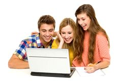 Gente joven que mira la computadora portátil Fotos de archivo