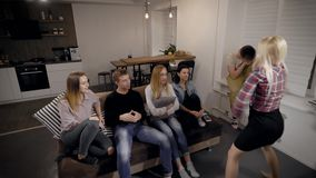 Gente joven que mira a la señora que explica algo en sitio metrajes