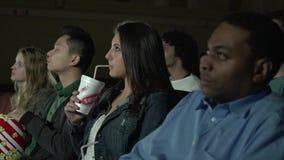 Gente joven que mira una película (2 de 7) almacen de video