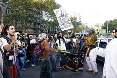 Gente joven que protesta en las calles para la legalización del cáñamo imagenes de archivo