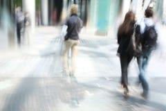 Gente joven que recorre en la ciudad Foto de archivo