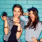 Gente joven que se divierte delante de la pared de ladrillo azul clara Imagenes de archivo