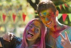 Gente joven que se divierte durante el festival del color Fotos de archivo libres de regalías