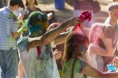 Gente joven que se divierte durante el festival del color Fotografía de archivo