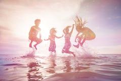 Gente joven que se divierte en el mar Foto de archivo libre de regalías